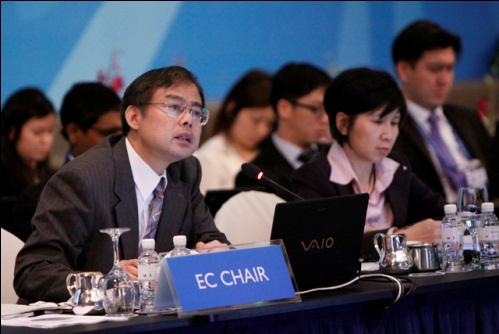 高級実務者会合でEC議長報告を行う大守政策参与(2009年、シンガポール)写真